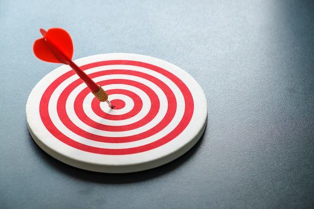 Dardo bullseye vermelho com seta vermelha atingiu o centro