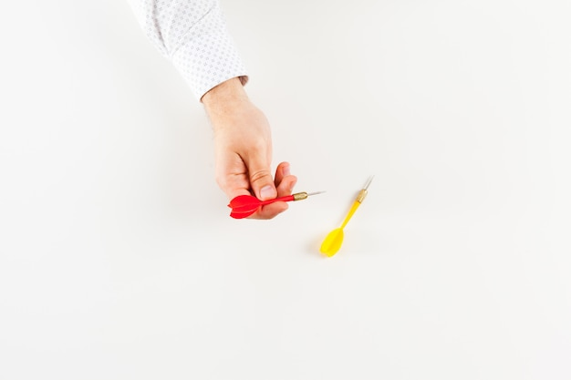 Dardo na mão isolado no branco