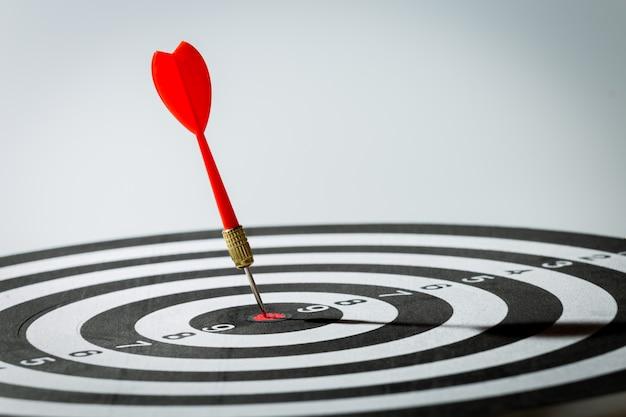 Dardo seta batendo no centro do alvo do alvo. conceito do sucesso
