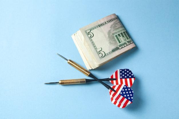 Dardos e dinheiro na mesa