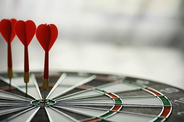 Dardos. o dardo para jogar no tabuleiro está preso. acerte o setor em dardos. o conceito de estratégia de sucesso.