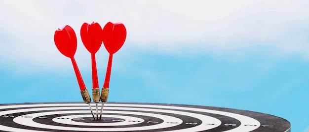 Dardos vermelhos para definir metas de sucesso nos negócios.