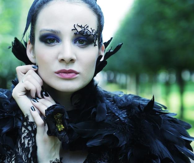 Dark queen no parque com um vestido preto fantasia