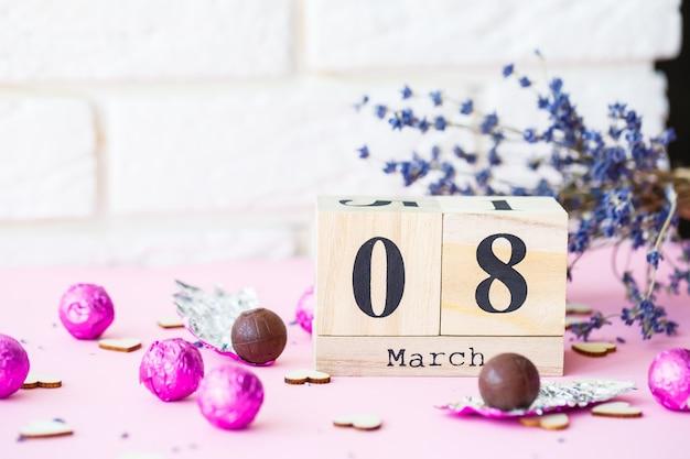 Data de 8 de março, dia internacional da mulher, com espaço de cópia. calendário decorativo de madeira