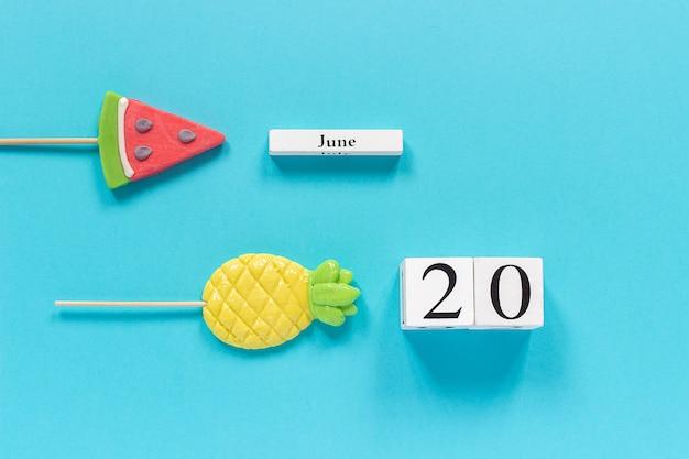 Data de calendário 20 de junho e frutas de verão abacaxi de doces, pirulito de melancia