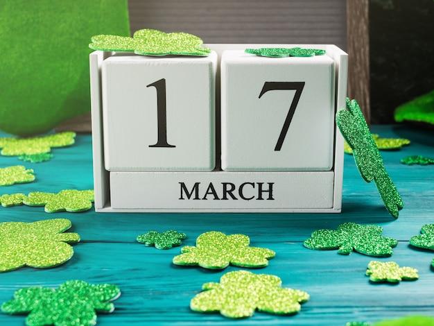 Data do st patricks day no calendário de madeira