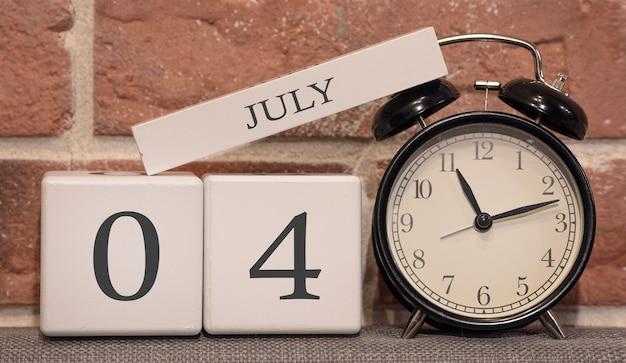 Data importante, 4 de julho, temporada de verão. calendário feito de madeira em um fundo de uma parede de tijolos.