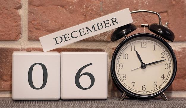 Data importante 6 de dezembro calendário de inverno feito de madeira em um fundo de uma parede de tijolos