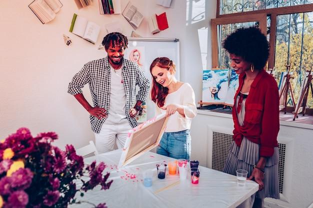 Data inesquecível. casal apaixonado tendo encontro inesquecível na master class de pintura