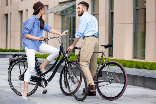 Data romântica do jovem casal em bicicletas
