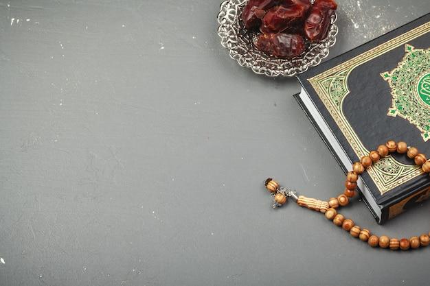 Datas com rosário e o livro sagrado do corão