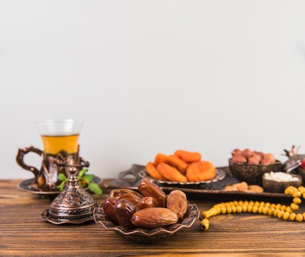 Datas de frutas com chá e miçangas