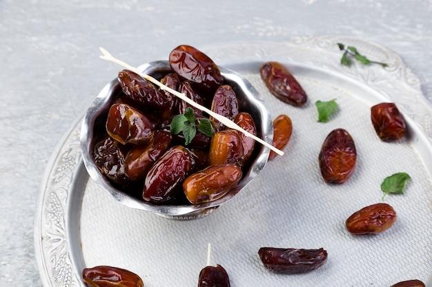 Datas de frutas secas na bandeja de prata