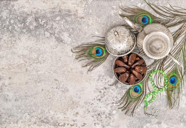 Datas decoração de penas de pavão conceito de hospitalidade oriental
