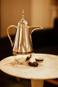 Datas frescas com chá estão sobre a mesa