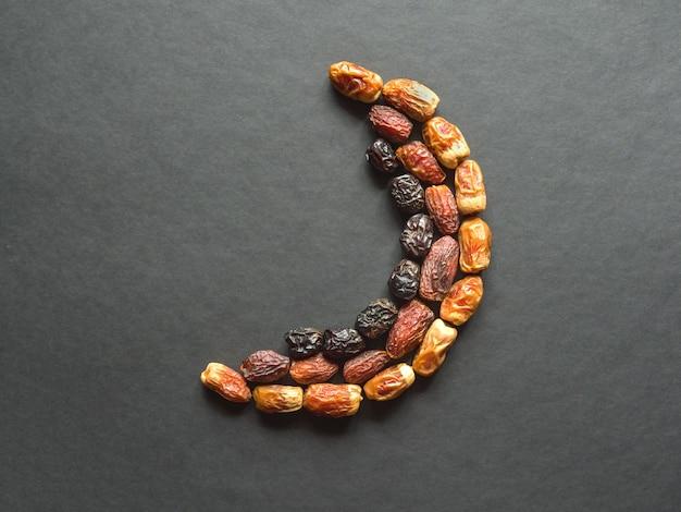 Datas frutas são dispostas na forma de um crescente