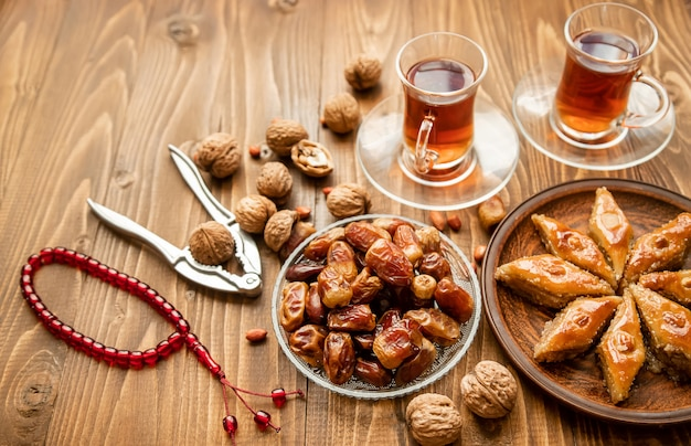 Datas, rosários e baklava. ramadã. foco seletivo.