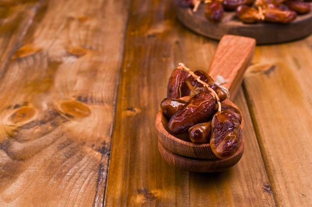 Datas suculentas em uma mesa de madeira. frutos secos para uma dieta saudável. copie o espaço