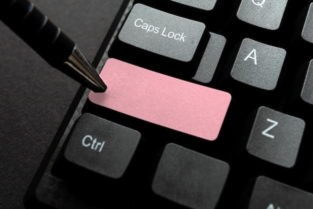 Datilografando o contrato de licença do usuário final digitando uma nova senha de rede aprendendo coisas novas na internet