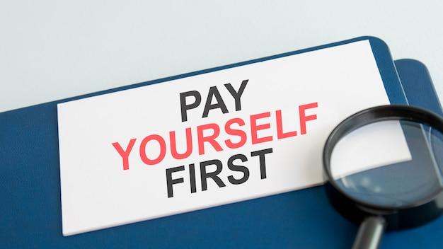 Dê a si mesmo a primeira palavra no cartão de papel branco e na lente de aumento