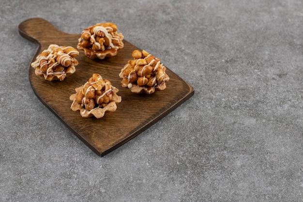 De biscoitos de amendoim caseiros frescos.