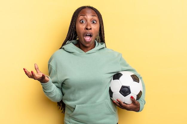De boca aberta e pasmo, chocado e surpreso com uma surpresa inacreditável. conceito de futebol
