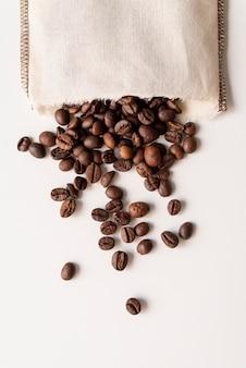 De cabeça para baixo em grãos de café em um saco