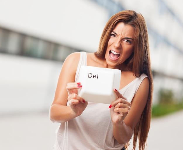 De cabelos compridos do sexo feminino com tecla delete
