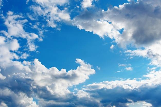 De céu azul com nuvens brancas e cinzentas.