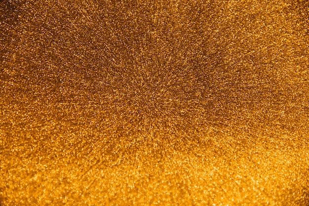 De cima de gotículas de água dourada