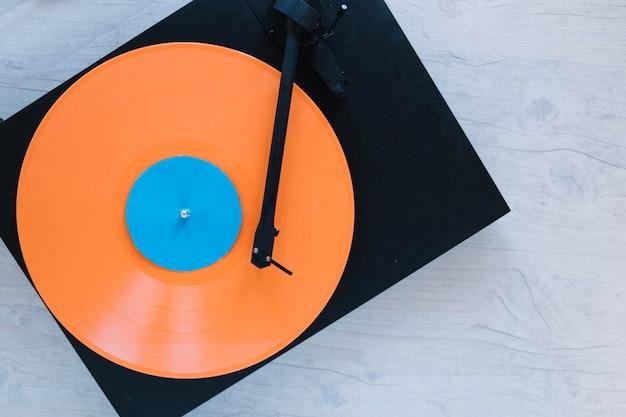 De cima de toca-discos com disco de vinil