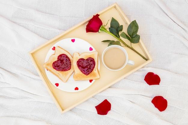 De cima do café da manhã romântico servido