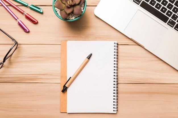 De cima do espaço de trabalho com notebook e laptop