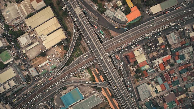 De cima para baixo do tráfego transversal com carros, caminhões, veículos em vista aérea. centro da cidade de manila