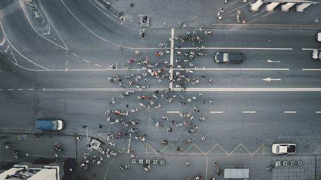 De cima para baixo, pedestres, pedestres, estrada, aéreo, pessoas, cruze a rua, paisagem, encruzilhada, homens, mulheres, caminhando