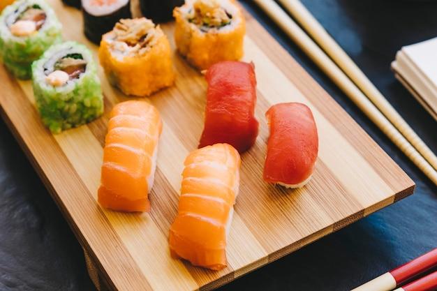 De cima, sushi em madeira