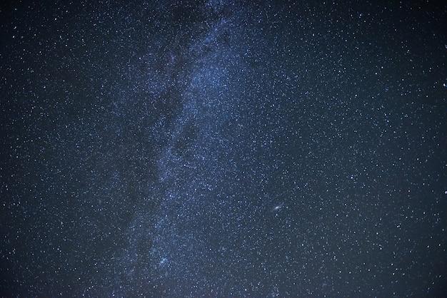 De cor azul. galáxia da via láctea com estrelas e poeira espacial no universo.