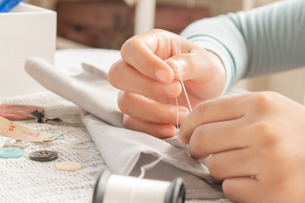 De costura. artesanato de botão e agulha
