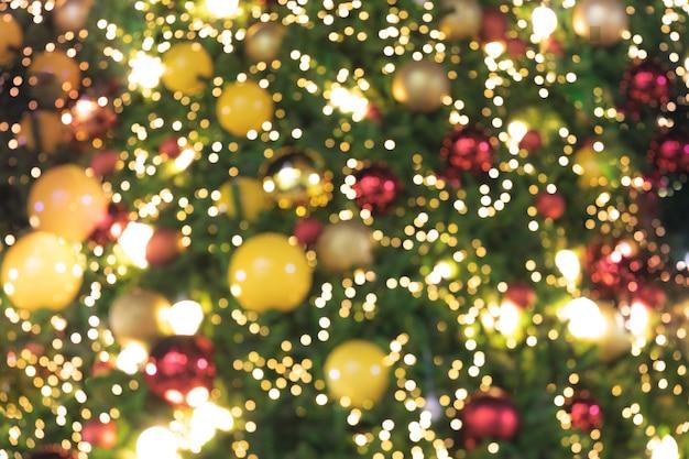 De foco luzes brilhantes de fundo de árvore de natal bokeh