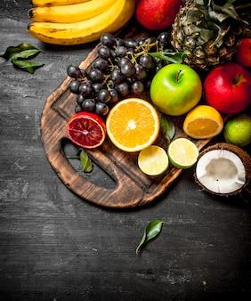 De frutas maduras no quadro negro.