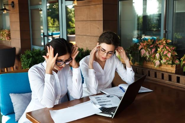 De jeito nenhum! mulheres de negócios chocadas e cansadas com dor de cabeça. mau humor