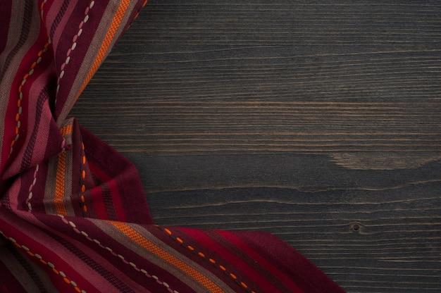 De madeira escura com guardanapo vermelho
