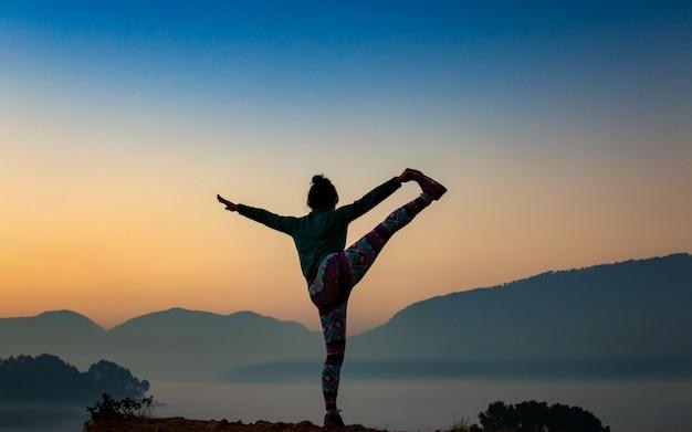 De manhã cedo, exercitando-se na colina de chobar, katmandu, nepal.