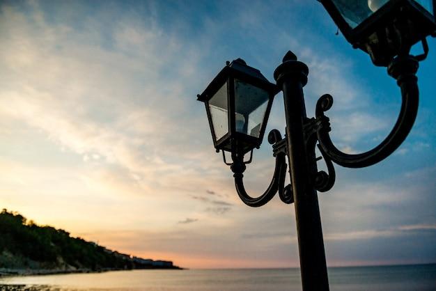 De manhã cedo, nascer do sol sobre o mar. cais no aterro de concreto