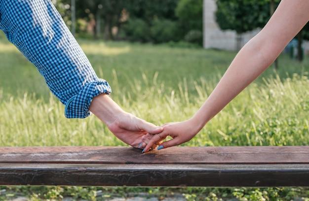 De mãos dadas com uma mulher e um homem