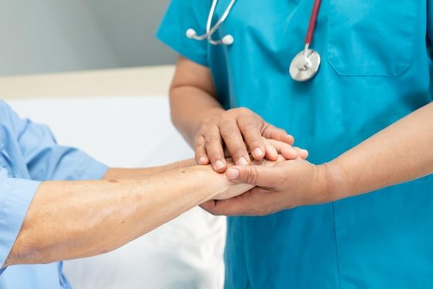 De mãos dadas, paciente asiática idosa ou idosa idosa com amor