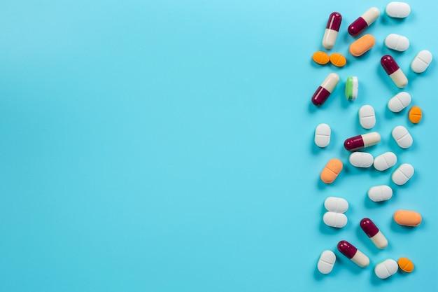 De medicamentos, suprimentos médicos colocados em um azul.