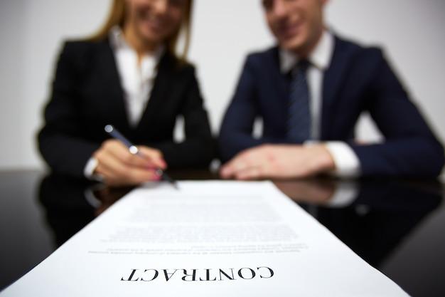 De negócios que assina um novo contrato