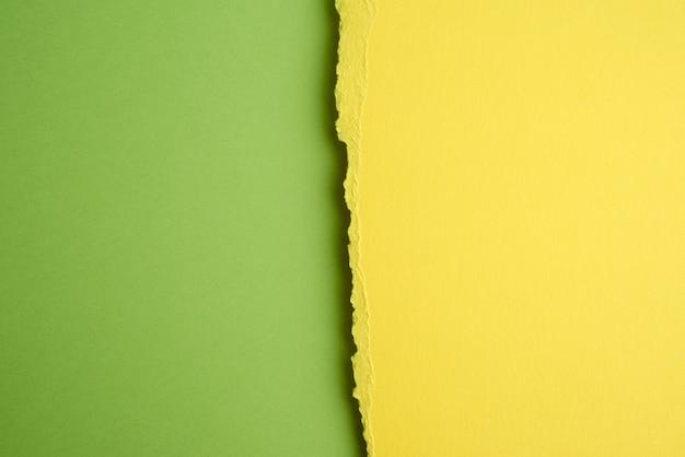 De papel amarelo, fundo verde