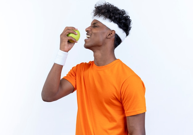 De pé na vista de perfil, jovem desportivo com bandana